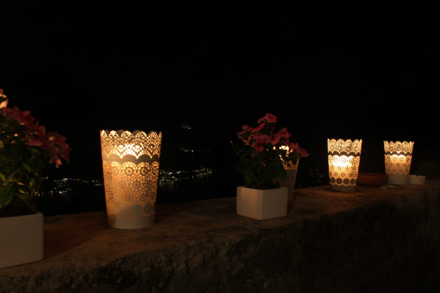 Le candele sono parte integrante della spettacolare vista serale sul lago di como